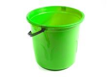 Grüner Plastikeimer lokalisiert auf weißem Hintergrund Lizenzfreies Stockbild