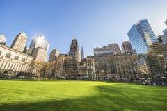 Grüner Rasen und Wolkenkratzer angesehen von Bryant Park Lizenzfreies Stockfoto