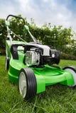 Grüner Rasenmäher auf grünem Rasen. Lizenzfreies Stockfoto