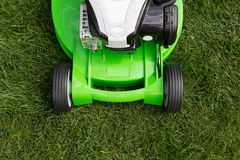 Grüner Rasenmäher auf grünem Rasen Stockfoto