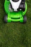 Grüner Rasenmäher auf grünem Rasen Lizenzfreie Stockfotografie
