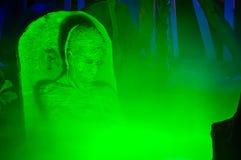 Grüner Rauch um einen Zombie stockfoto