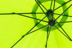 Grüner Regenschirm gesehenes untengenanntes transparentes etwas Licht stockbild