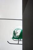 Grüner Retro- Hubschrauber in einem Gebäude Stockfotografie