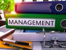Grüner Ring Binder mit Aufschrift-Management Lizenzfreies Stockfoto