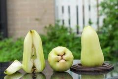 grüner rosafarbener Apfel auf schwarzem Marmor outdoor Garten tag Lizenzfreie Stockfotografie