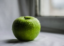 Grüner saftiger Apfel Stockbilder