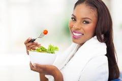 Grüner Salat der Afroamerikanerfrau Lizenzfreies Stockbild