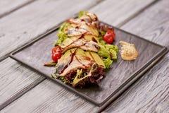 Grüner Salat mit Aal, Avocado und Nuss sauce Stockfotos