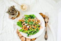 Grüner Salat mit Arugula, Mais, Karotten und gebackenen Kichererbsen heal lizenzfreies stockfoto