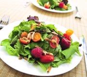 Grüner Salat mit Beeren und Tomaten Lizenzfreies Stockbild