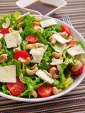 Grüner Salat mit Briekäse-, Acajoubaum- und Kirschtomaten Lizenzfreies Stockfoto