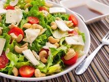 Grüner Salat mit Briekäse-, Acajoubaum- und Kirschtomaten Lizenzfreies Stockbild
