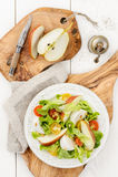 Grüner Salat mit den roten und gelben Tomaten, Mozzarella, Birne und p Lizenzfreie Stockfotografie