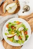 Grüner Salat mit den roten und gelben Tomaten, Mozzarella, Birne und p Lizenzfreie Stockfotos