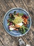 Grüner Salat mit Ei Benedict lizenzfreie stockfotografie