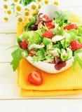 Grüner Salat mit Erdbeere und Huhn Stockbilder
