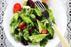 Grüner Salat mit Erdbeerstücken Stockfotografie