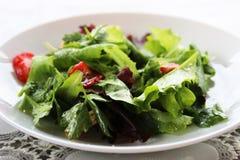 Grüner Salat mit Erdbeerstücken und eine Behandlung von orange juic Lizenzfreies Stockfoto