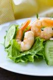Grüner Salat mit frischen Garnelen Stockfotografie