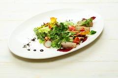 Grüner Salat mit gebackenem Fleisch Stockfotos