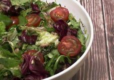 Grüner Salat mit Kirsche Stockfoto
