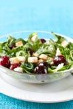 Grüner Salat mit Kirschen und Croutons Stockbild