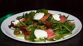Grüner Salat mit Lachsen an der weißen Platte Lizenzfreie Stockbilder