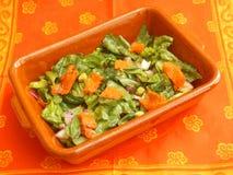 Grüner Salat mit Lachsfischen Stockfoto