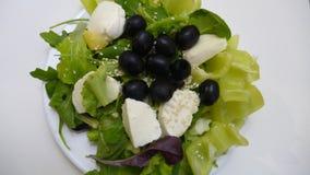 Grüner Salat mit Mozzarellakäse und -oliven Lizenzfreie Stockfotografie