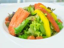 Grüner Salat mit Oliven, Tomaten und Krabbe Stockfotos