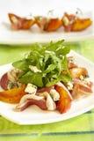 Grüner Salat mit Pfirsichen, Blauschimmelkäse und Schinken Lizenzfreie Stockfotografie