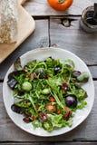 Grüner Salat mit grüner Tomaten-, Pekannuss- und Goji-Beere Lizenzfreies Stockfoto