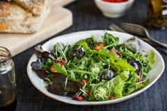 Grüner Salat mit grüner Tomaten-, Pekannuss- und Goji-Beere Lizenzfreie Stockfotos