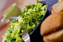 Grüner Salat und Brot Stockfotos