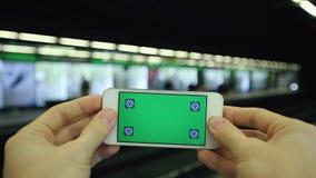 Grüner Schirm-Handy in der U-Bahnstation stock video footage