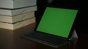Grüner Schirm, Tablet mit einem grünen Schirm ist auf dem Tisch