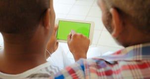 Grüner Schirm-Tablet-Monitor mit den homosexuellen Männern, die Internet verwenden Lizenzfreie Stockfotografie