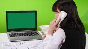 Grüner Schirmlaptop auf einer SchreibtischBüroangestelltfrau studio stock video footage
