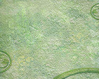 Grüner Schmutzhintergrund mit Blättern und Recycling-Symbol Stockbild