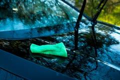 Grüner Schwamm über dem Auto für das Waschen Autowaschen im Freien Abwaschflüssigkeit und -schwämme Transportselbstservice, Sorgf Stockbilder