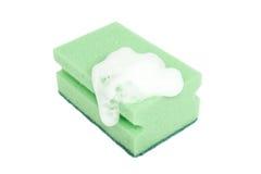 Grüner Schwamm mit dem Schaumgummi getrennt auf Weiß lizenzfreies stockbild