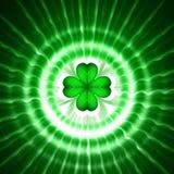 Grüner Shamrock in den Kreisen mit Strahlen Stockbilder