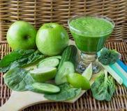 Grüner Smoothie des Spinats, des Apples, der Gurke und des Kalkes Stockbilder