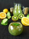 Grüner Smoothie in einer kleinen Schüssel auf einem dunklen Hintergrund Stockfotografie