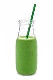 Grüner Smoothie in einer Milchflasche lokalisiert auf Weiß Stockbild