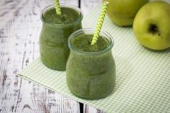 Grüner Smoothie mit Apfel, Banane und Spinat auf einem hellen Hintergrund Lizenzfreies Stockbild