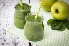 Grüner Smoothie mit Apfel, Banane und Spinat auf einem hellen Hintergrund Stockfotos