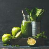 Grüner Smoothie mit Apfel, Römersalat, Kalk, Minze Dunkler Hintergrund lizenzfreie stockbilder
