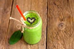 Grüner Smoothie mit Herzen von Samen Lizenzfreies Stockbild